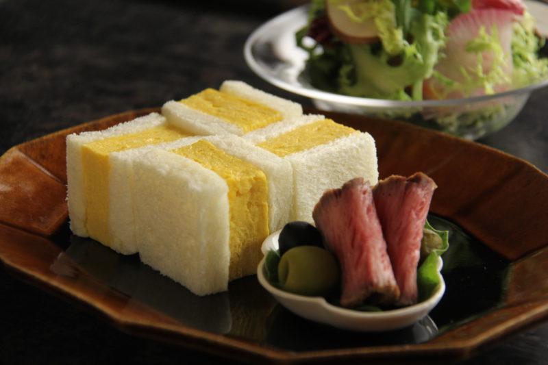出汁巻き玉子のサンドウィッチと黒毛和牛のローストビーフ